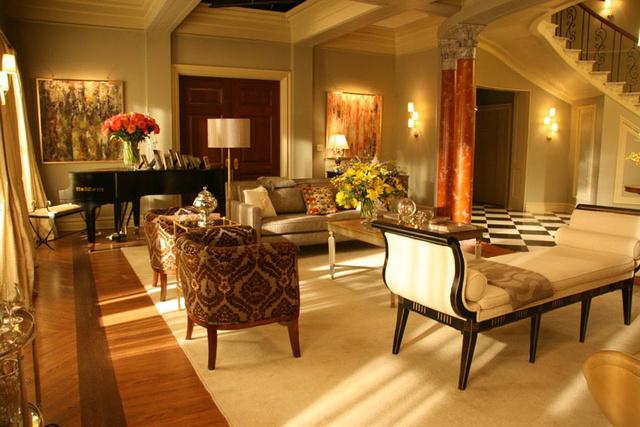 Az Upper East Side-i multimilliomos kamaszok életét bemutató sorozat egyik főszereplője, a magániskolába járól Blair Waldorf (Leighton Meester) egy Fifth Avenue-n található fejedelmi penthouse lakásban él.
