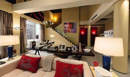 A szőke hajú Serena van der Woodsen ( Blake Lively) a Waldorf család klasszikus ízlésvilággal berendezett lakásával  ellentétben egy modern, divatvilág-ihlette apartmanban tengette mindennapjait a Fifth Avenuen.