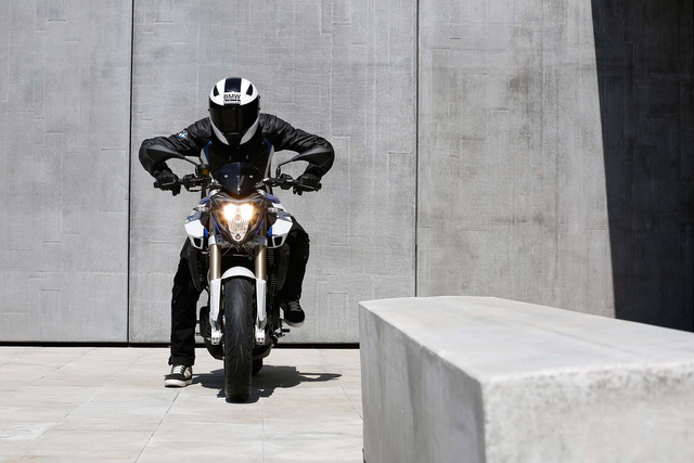 2015-BMW-F800R-action-54