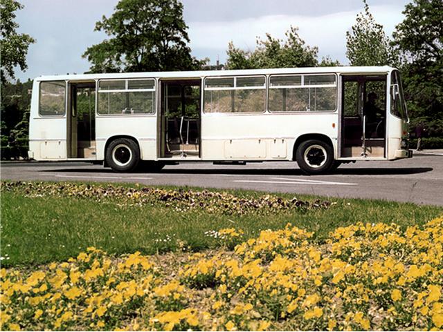Állítólag azért került az Ikarus 270 oldalára hullámos burkolólemez, mert a gyár egyik vezetőjének az USA-ban járva megtetszettek a Greyhound buszai