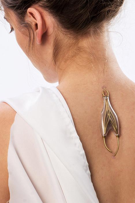 Naomi Kizhner egy olyan testékszer kollekciót tervezett, ami elméletben energiát gyűjt viselője testéből.