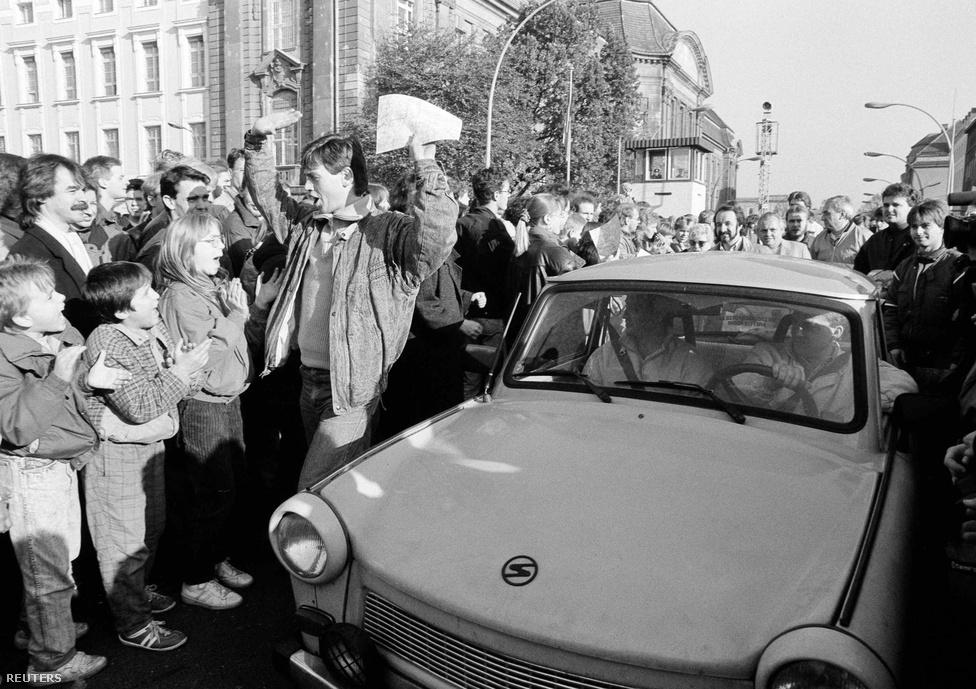 Nyugat-Berlinben üdvözli a tömeg a keletről a                          szimbolikus Trabanttal érkezőket.