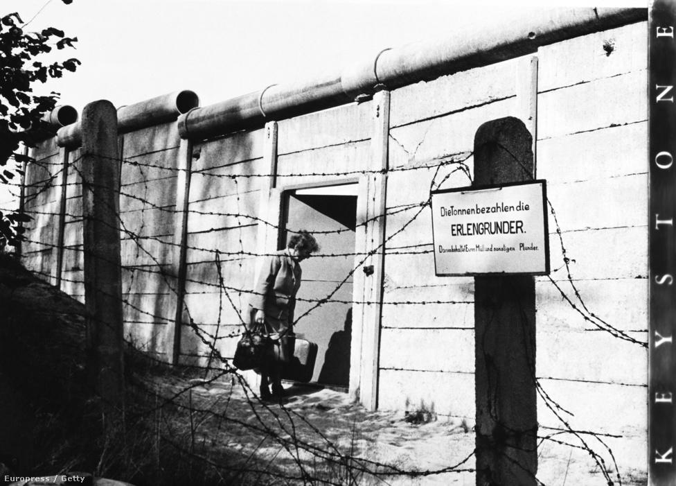 Nyílik az ajtó a falban 1971-ben. A fal vonalát néhol egészen abszurd módon húzták meg. A brit szektor nyugati részén, Spandaunál volt Erlengrund, egy, az NDK-ba ékelődött nyugatnémet terület. A tulajdonosok csöngővel tudtak jelezni a túloldalra, a keletnémet határőröknek, hogy átmennének.
