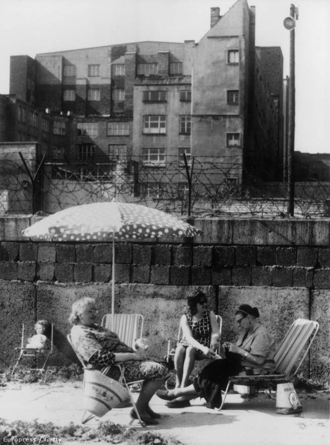 A berlinieknek hozzá kellett szokniuk a fal jelenlétéhez. Nyugat-Berlinben a fal tövében teregettek, napoztak, a turistáknak egy nagy fa emelvényt is felállítottak, amiről át lehetett látni a túloldalra.