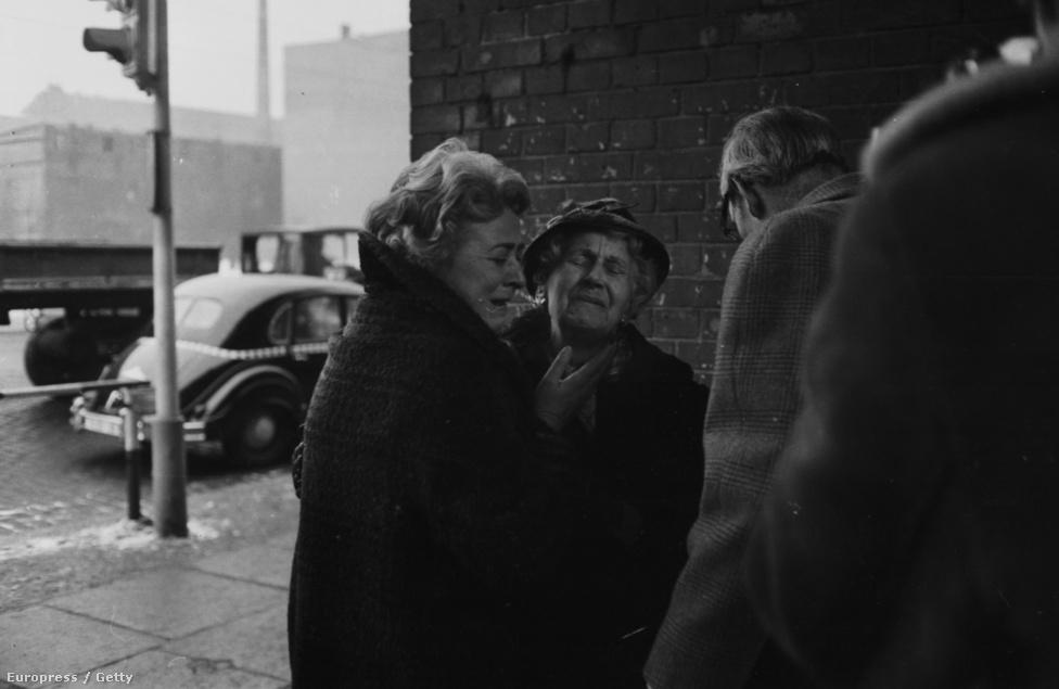Két évvel a fal felállítása után először                          találkozhattak szétszakított családok rövid időre                          egymással Nyugat-Berlinben, miután elfogadták az ezt lehetővé tevő egyezményt.