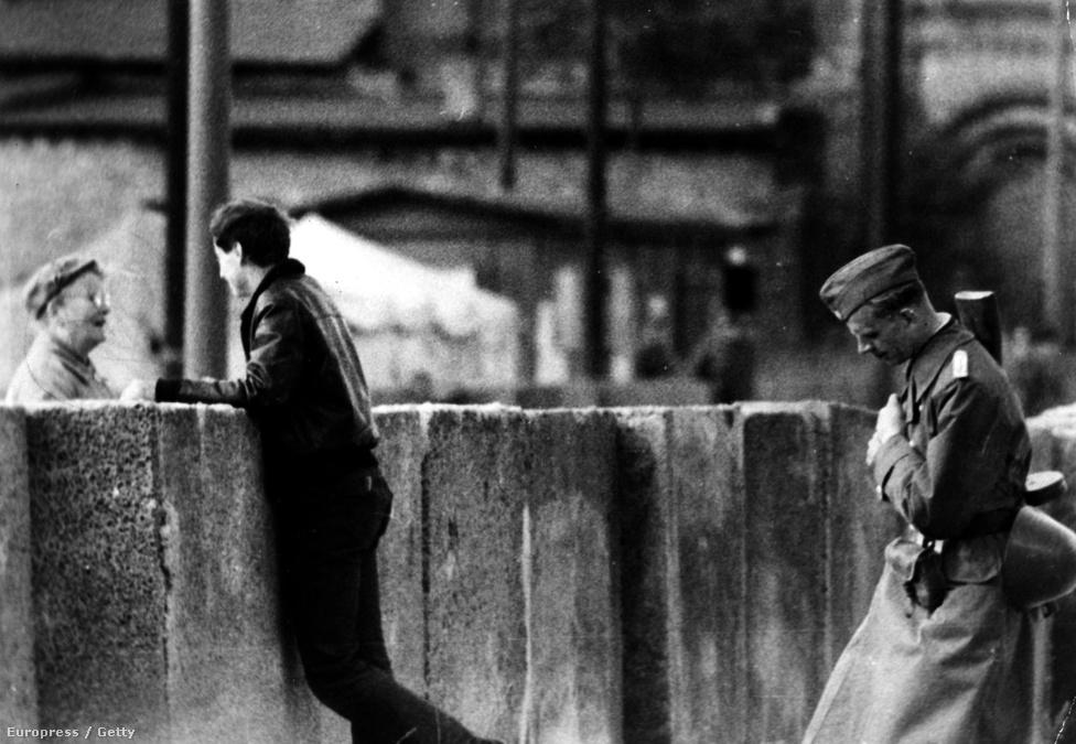 Az őr unottan figyel, miközben egy gyerekétől elszakított anya beszél fiával a falon keresztül. Habár nem érte teljesen váratlanul a berlinieket a határzár, de a fal felépítése így is mindenkit sokkolt. A fal házasságokat, családokat, kapcsolatokat szakított szét, mély sebet ejtve a német társadalomban.