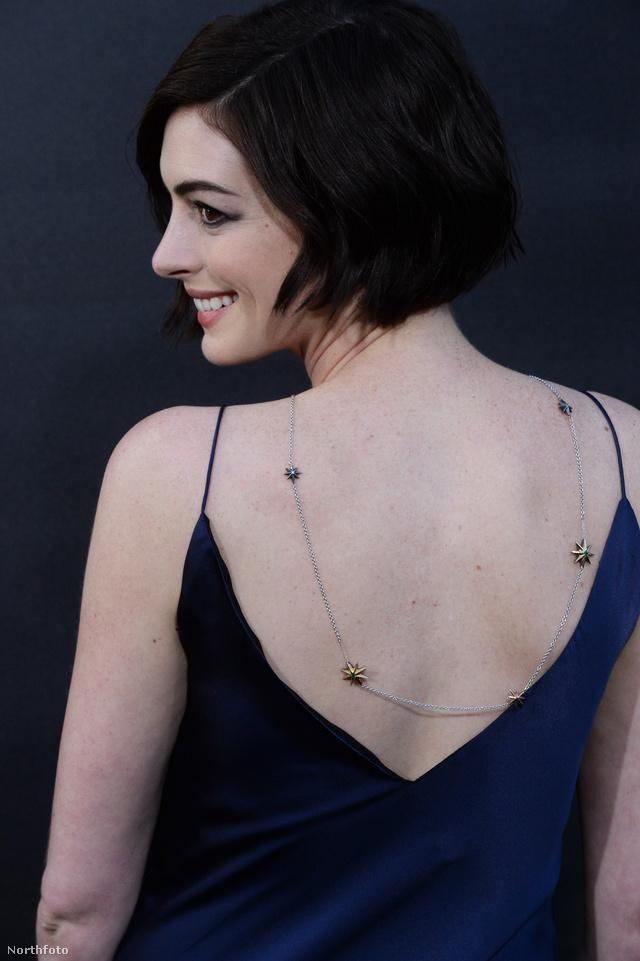 Anne Hathaway az Interstellar október 27-i premierjén villantott hátat.