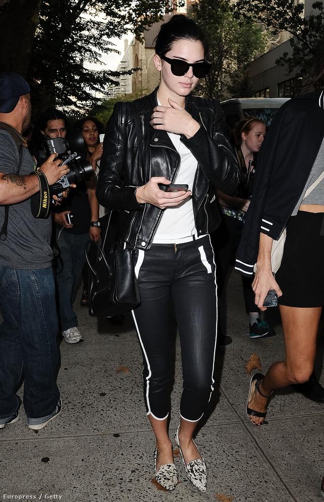 A fiatal hírességnek megtetszettek Céline luxustáskái is, egy ilyen 532.340 forintos fekete bőrből készült Céline Nano táskával kapták lencsevégre a Marc Jacobs show bejárata előtt is, a táskához pedig egy oldalt fehér csíkos nadrágot választott, amiért potom 58.180 forintot kérnek a 7 For All Mankind márkaboltokban.