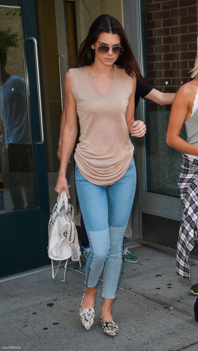 Jenner a nyári szezonban nem tudott betelni a boyfriend farmerektől,valamint a két tónusú szűk farmernadrágoktól. A Paige Denim Cara Zip Ultra Skinny Jeans fantázianéven futó nadrág darabjáért 56.690 forintot kérnek a márkaboltban, de a modell mielőtt utcára lépett volna, még egy 454.230 forintos Balencia bőrtáskát is a vállára csapott a biztonság kedvéért.