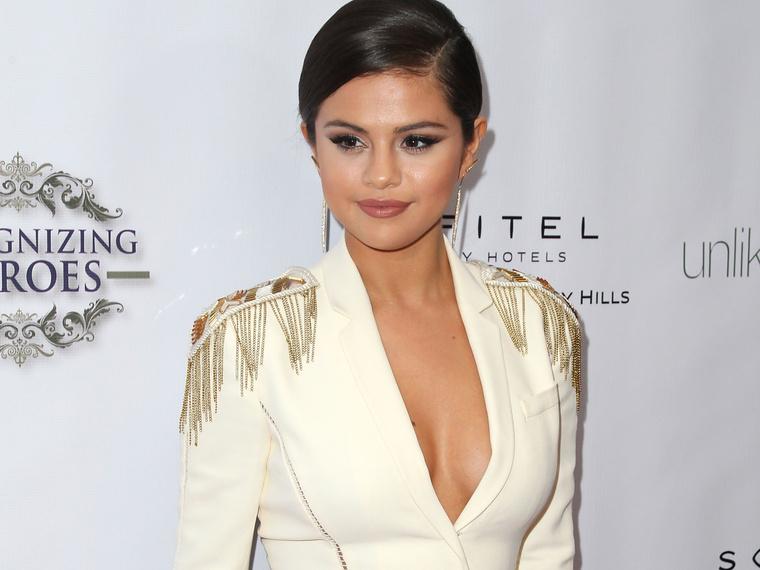 Selena Gomez egy másik gálán gálázott pompás diktátorkosztümben.