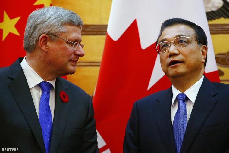 Stephen Harper kanadai miniszterelnök és kínai kollégája, Li Ko-csiang a pekingi Népgyűlés épületében