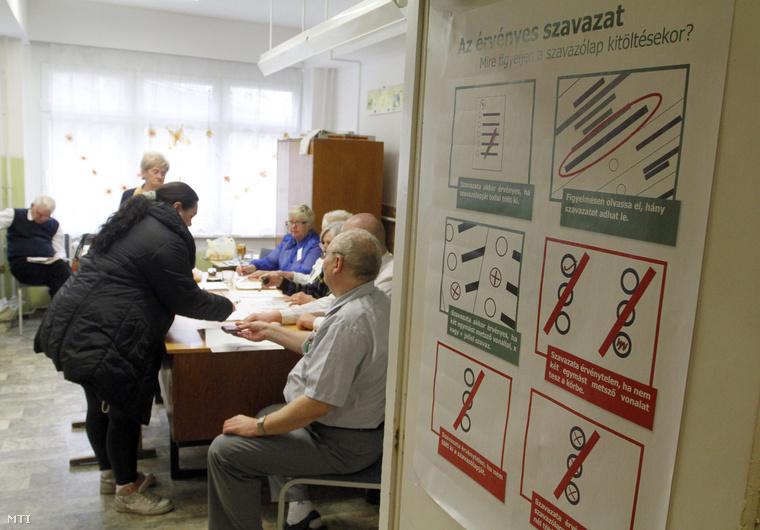 Választópolgárok az ózdi Vasvár Úti Általános Iskolában kialakított 2. számú választókörben.