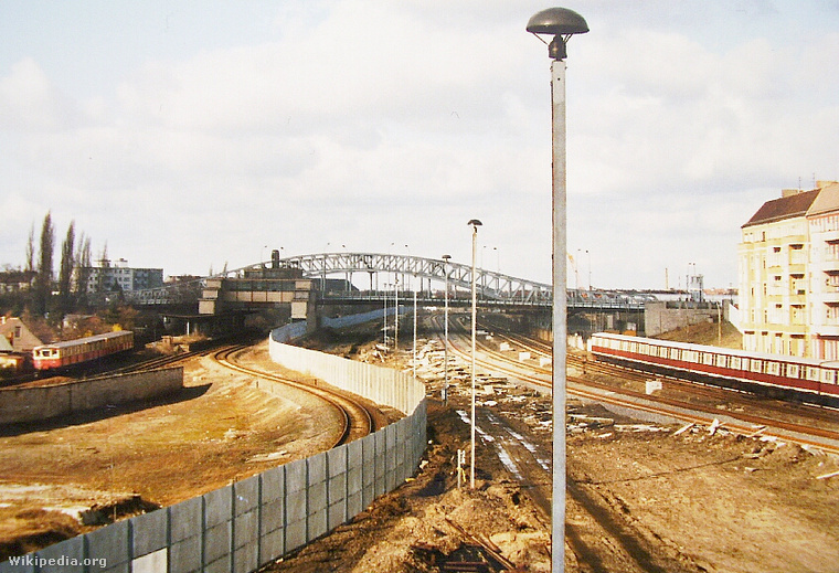 Ez a kép már 1992-ben készült, de még így is látni, hogy vágta ketté a fal a Bornholmer Strassénél lévő megállót.