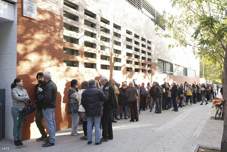 Sorban álló emberek egy szavazóhelyiség előtt a katalán függetlenségről tartott szimbolikus népszavazáson Sabadellben.