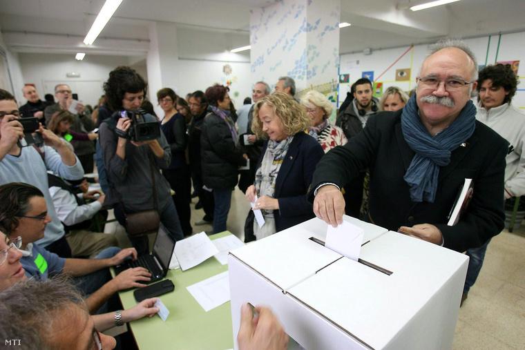 Josep Lluís Carod-Rovira, a katalán republikánusok vezetője leadja szavazatát.