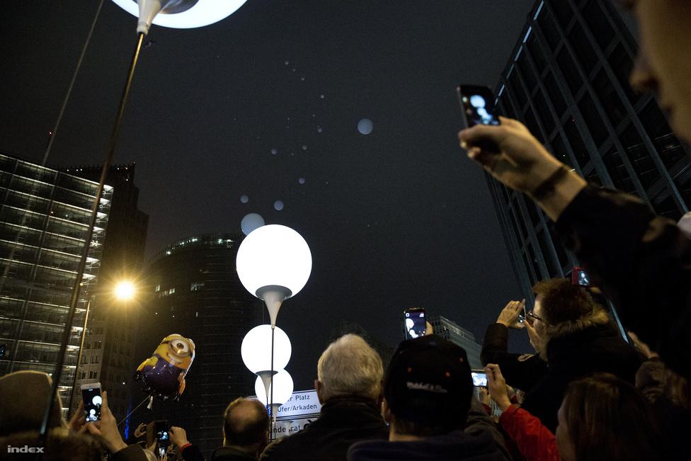 A lufik felengedésére a jelet Klaus Wowereit, Berlin most távozó polgármestere adta meg a Brandenburgi kapunál. Ezután a ballonokat örökbefogadó aktivisták láncszerűen egymás után engedték fel az égbe a lufikat.