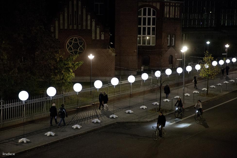 A kivilágított ballonok este egyedülálló hangulatot kölcsönöztek a városnak.1962. május 27-én egy Lutz Haberlandt nevű asztalos itt, a berlini orvosi egyetem közelében, a Chariténél próbált meg átjutni Nyugat-Berlinbe. Felmászott egy melléképület tetejére, átmászott a falon és bejutott a határsávba. A határőrök először figyelmeztető lövést adtak le, majd egy lövés fejbe találta Haberlandtot. Az egyetemi kórház közvetlen közelében 40 percig feküdt egy bokorban mindenféle orvosi segítség nélkül, majd elvérzett.  A rá leadott lövések közül több nyugat-berlini területen csapódott be, amit az ottani határőrök viszonoztak. Az egyik lövés eltalálta egy NKD-s határőr sisakját.