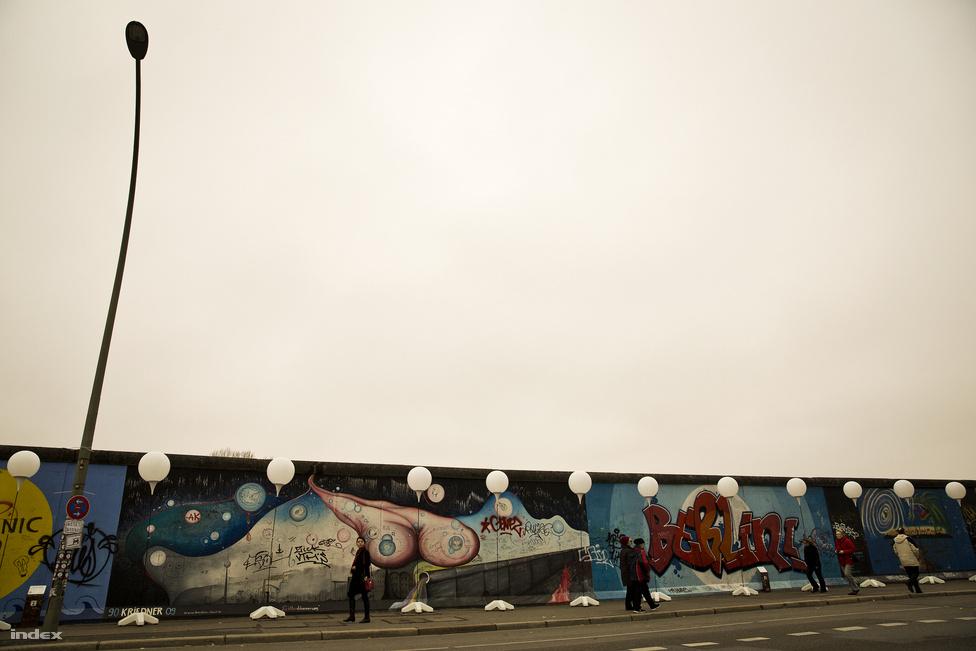 A berlini fal kisebb szakaszait több helyen meghagyták, köztük a Mühlenstraßénál is. Az 1316 méter hosszú falszakaszra 21 ország 118 művésze 106 képet festett. 1991 óta az egyik legnagyobb szabadtéri múzeumként működik. Ez az East Side Gallery.