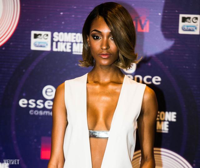 Jourdan Dunn modell alakját kiemelő fehér ruhában jelent meg az MTV EMA-n.
