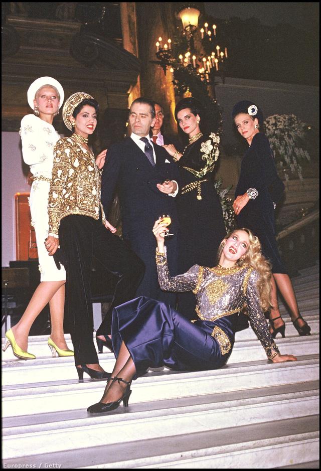 Karl Lagerfeld szupermodellek, többek között Jerry Hall társaságában az 1984-es Chanel shown.