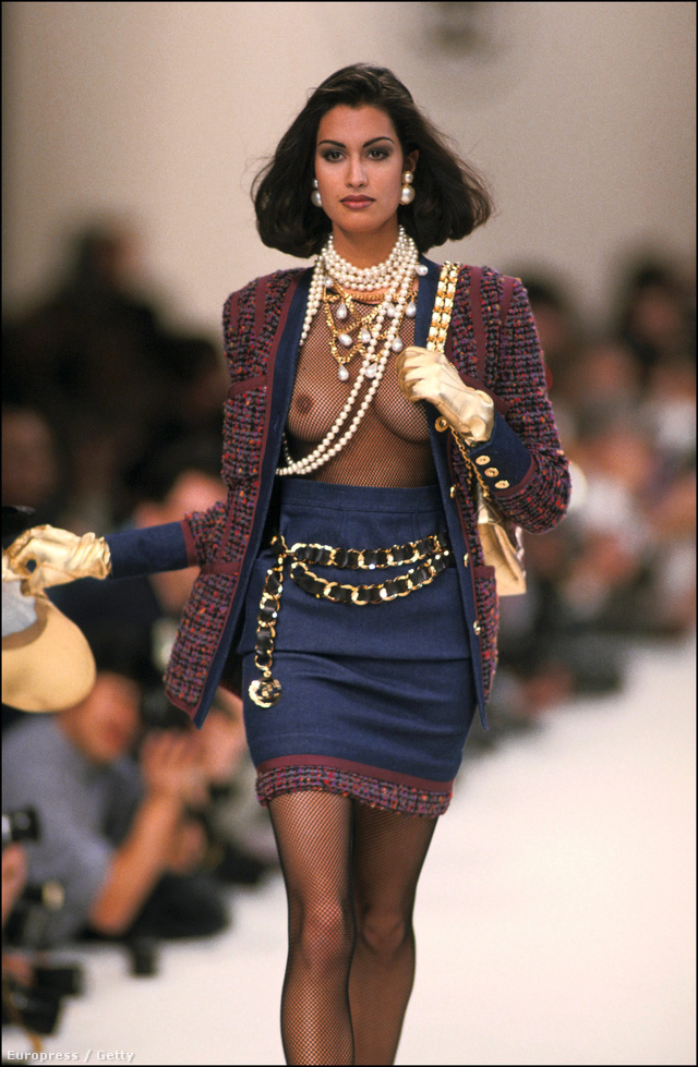 Mellbimbó villantás klasszikus Chanel kosztümben 1991-ben