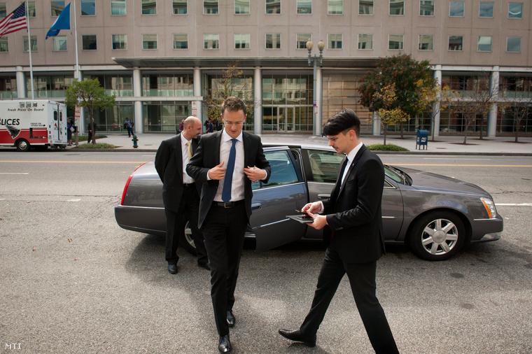 Szijjártó Péter külgazdasági és külügyminiszter (k) megérkezik a General Motors (GM) vezetőivel folytatott tárgyalásra Washingtonban 2014. október 21-én.