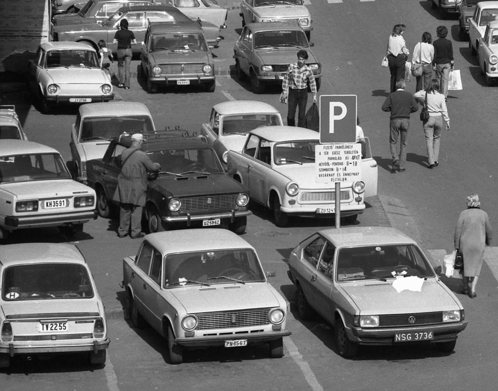 Erzsébet híd pesti hídfő, 1983. A szocialista autóipar termékei mellett egy lengyel rendszámú Volkswagen.