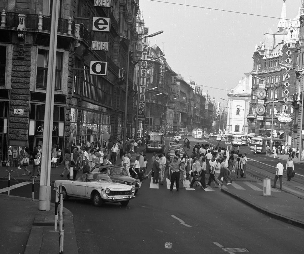 Erzsébet híd pesti hídfő, Váci utca - Szabad sajtó út sarok, 1972. Egy Fiat Pininfarina Coupé kanyarodik a híd felé. Ez az autó ekkor már minimum hatéves volt, mivel a Fiat 1959 és 1966 között gyártotta ezt a modelljét.
