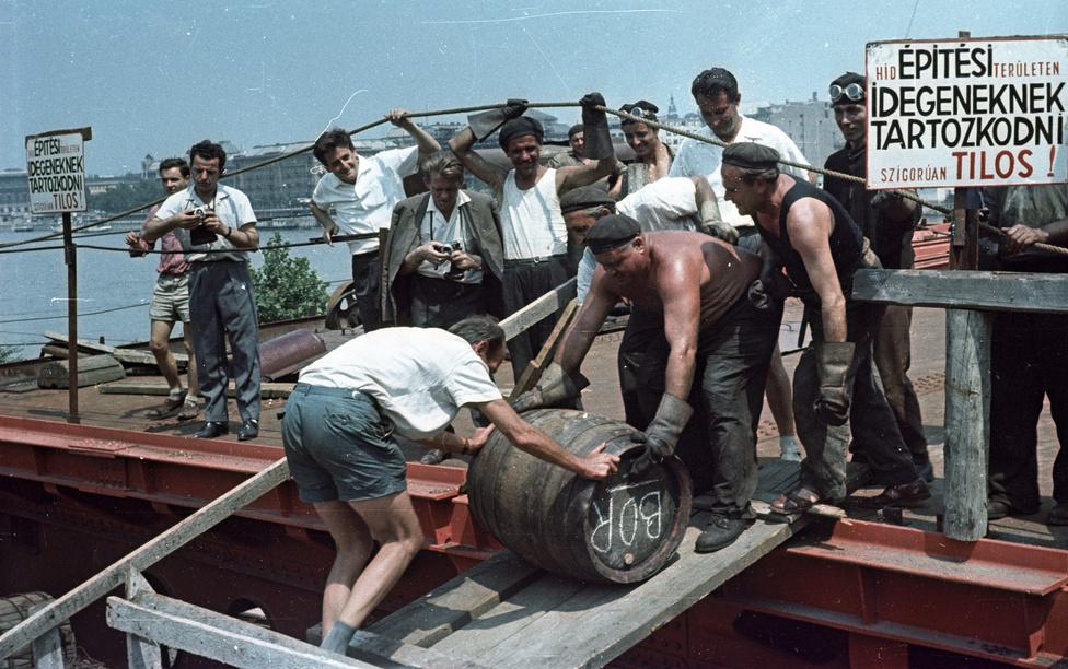 Hordógurítással ünneplik a szerkezetkész állapotot, 1964. A szokás onnan ered, hogy a legenda szerint baj éri azt, aki elsőként megy át a hídon.