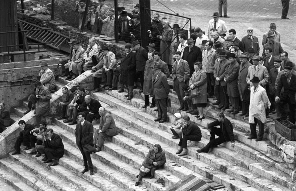 Igazi látványosság volt a hatvanas évek elején az Erszébet híd építése. Itt a Március 15. térnél figyelik a bámészkodók, hogyan haladnak a munkások.