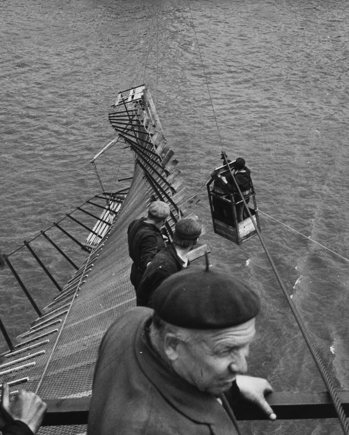 Baleset az Erzsébet híd építése közben, 1963. A kábelek már a helyükön voltak, amikor leszakadt a déli szerelőszőnyeg.