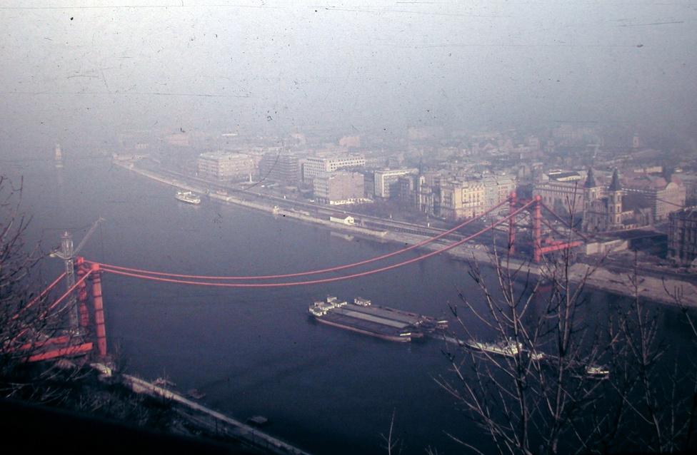Az épülő Erzsébet híd a Gellérthegyről, 1963.