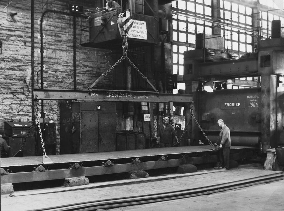 Az Erzsébet híd acélszerkezetének gyártása a Ganz MÁVAG-ban, 60-as évek eleje. Pénz nem volt, tervek viszont igen. A lehetőségek: 1. A lebombázott hídhoz hasonló lánchíd – elvetették, mert a Duna mélyéről a vártnál kevesebb lánc került elő használható állapotban, valamint a megnövekedett forgalom miatt muszáj volt az eredetinél szélesebb hidat építeni. 2. Felsőpályás gerendahíd – ilyen a Petőfi híd, otromba megjelenése miatt vetették el. 3. Korszerű kábelhíd – ez lett a nyertes. A kötélszerelés egyszerűbb és gyorsabb a láncszerelésnél, és az ötvenes évek végére, a hatvanas évek elejére sok tapasztalat gyűlt össze a világban kábelhidakról. Ott van például az 1929-ben épült, majd a második világháború után újjáépült kölni Mülheim-híd, amit az Erzsébet híd építői tanulmányoztak, tervezőivel konzultáltak. Ez, megnézve a Mülheim-hidat, nehezen is tagadható.