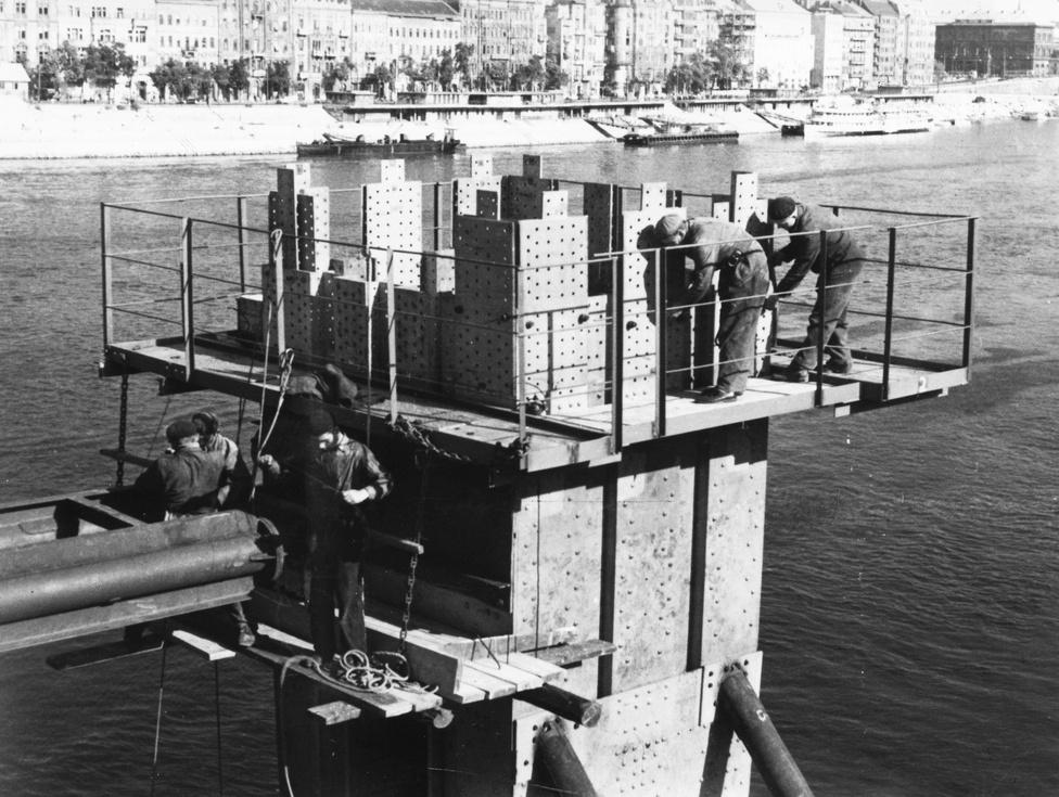 Az Erzsébet híd építése a budai hídfőnél, 1962. Az építést megelőzte az 1959. október 15.-i kormánydöntés, valamint a felrobbantott híd pesti pilonjának elbontása. Az új Erzsébet hidat  tervező, 1959-ben 66 éves Sávoly Pál ezzel a munkával ér pályája csúcsára, habár már korábban épített hidat Indiában, Sziámban (ma Thaiföld), Indiában, Kínában, részt vett az Árpád híd tervezésében, ő tervezte a Petőfi híd Boráros téri hídfőjét, az alul- és felüljárókat, megtervezte a Szabadság híd, a Lánchíd újjáépítését. Szolgált az első világháborúban, felesége Balla Erzsébet festőművész volt, öt évig tanulta Hollandiában a szakmát. Az első magyarországi kábelhíd tervezője 1968. december 20-án, 75 évesen halt meg, a Farkasréti temetőben van eltemetve.