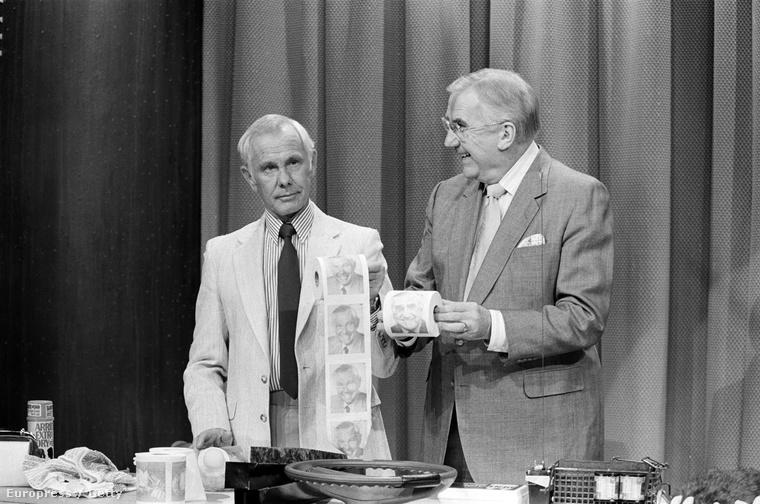 Jhonny Carson és egy arcképével nyomtatott vécépapír-guriga