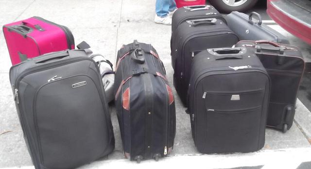 Ez a sok bőrönd mind elfért harmadik üléssor mögött!                         (Sajnos az a kép amin már bent vannak a kocsiban valahol eltűnt.)