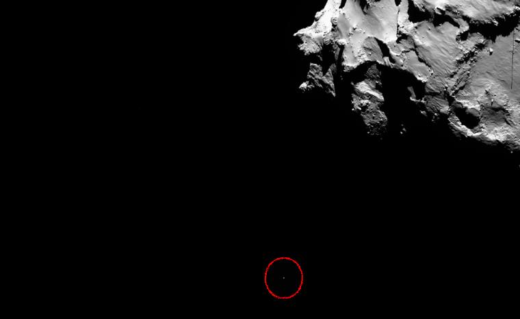Az apró fehér pont a Philae leszállóegység, amint az üstököshöz közelít