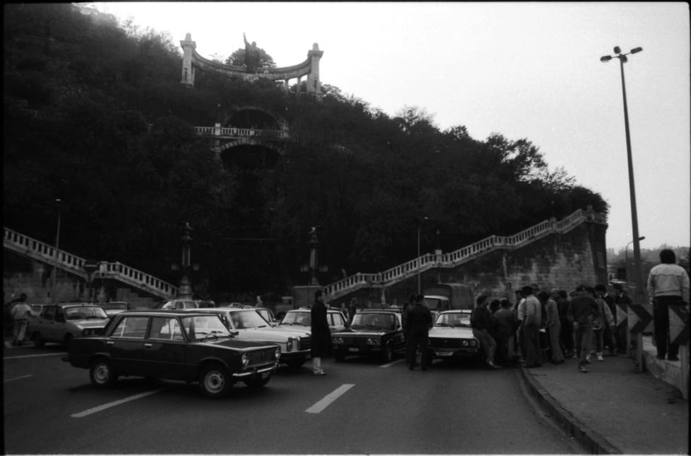 Taxisblokád az Erszébet híd budai hídfőjénél, 1990. október. Több ezer taxis és fuvarozó zárta le Budapest és a nagyobb városok útjait az Antall-kormány benzináremelése ellen tiltakozva.