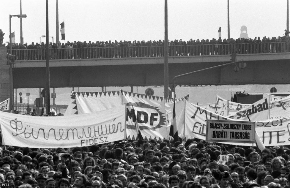 """Hatalmas tömeg az Erzsébet hídon és a Március 15. téren az alternatív szervezetek – köztük a Magyar Demokrata Fórum, a Szabad Demokraták Szövetsége, a Fiatal Demokraták Szövetsége, a Bajcsy-Zsilinszky Társaság – március 15-ei demonstrációján, 1989.március 15. Az MTI korabeli tudósítása szerint  Mécs Imre, a                         Történelmi Igazságtétel Bizottság képviseletében rámutatott arra, hogy a fiatalság igazságos célja érdekében mindig hangot tudott adni békés demonstrációval forradalmi lendületének. Arra a kérdésre válaszolva, hogy miért nem ünneplik együtt a hazai politikai erők, csoportosulások, pártok és mozgalmak március 15-ét, így fogalmazott: """"Külön ünnepelünk, de nem egymás ellen""""."""