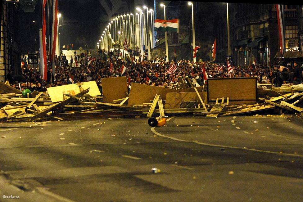 Barikádok az Erzsébet hídon, 2006. október 23. Szeptemberben kezdődtek zavargások Budapest utcáin, miután nyilvánosságra került Gyurcsány Ferenc miniszterelnök MSZP-s frakciótagoknak elmondott beszéde, ahol beismerte: hazudtak a választási kampányban. Az október 23.-i nagygyűlések után több ezer ember maradt az utcákon, a legnagyobb zavargások az Erzsébet híd pesti oldalán törtek ki. A tüntetőket folyamatosan erős hányingert keltő könnygázgránátokkal lőtte a rendőrség. A tiltakozók barikádokat emeltek, az anyagot egy Kígyó utcai építkezésről hordták el. A barikádot végül egy hókotró törte át hajnali fél 2-kor, az autó mögött több száz rendőr és egy vízágyús autó oszlatta fel a tömeget. A tüntetők követelései nem valósultak meg, Gyurcsány Ferenc majdnem három év múlva adta át a miniszterelnökséget Bajnai Gordonnak.