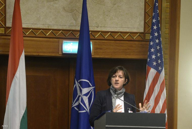 Szemerkényi Réka, a miniszterelnök kül- és biztonságpolitikai főtanácsadója előadást tart a NATO Transzformációs Parancsnokság az USA Egyesült Vezérkara, valamint az Egyesült Haderőfejlesztési Igazgatóság közös szervezésében rendezett Nemzetközi Koncepciófejlesztés és Kísérletek Konferencián a Hilton Hotel Budapestben 2014. november 4-én.