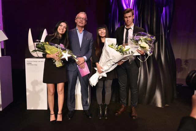 A három nyertes és Lars Erikson, az Electrolux formatervezési igazgatója.