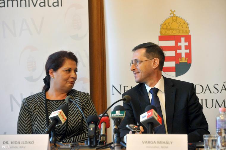 Varga Mihály nemzetgazdasági miniszter és Vida Ildikó a Nemzeti Adó- és Vámhivatal elnöke sajtótájékoztatót tart a Nemzeti Adó- és Vámhivatalban 2013. március 26-án.
