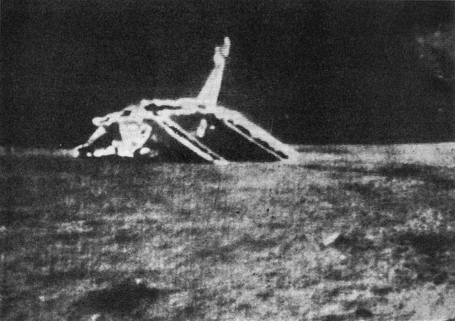 A Luna 17 lehajtott rámpákkal a Lunochod 1-ről fényképezve
