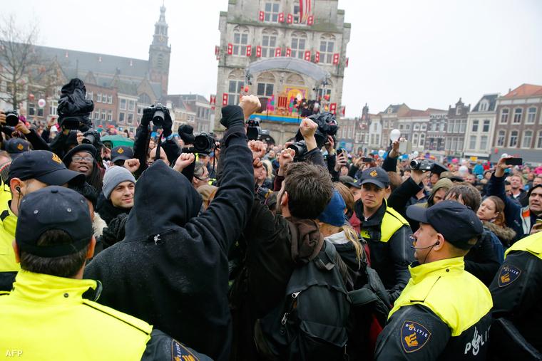 A holland tüntetők szerint a mikulás feketére festett segítői a rabszolgaság szimbólumai.