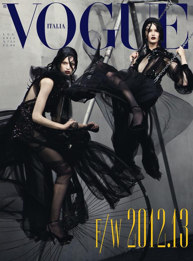 Fekete ruhában az olasz Vogue elején 2012-ben.
