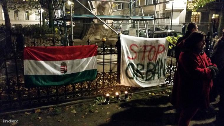 Tüntetés Orban szobránál Brüsszelben