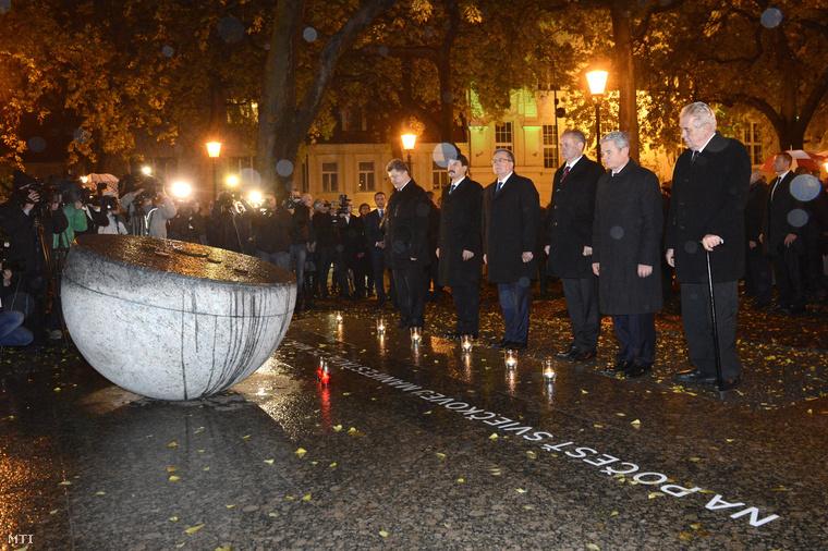 Petro Porosenko ukrán, Áder János magyar, Bronislaw Komorowski lengyel, Andrej Kiska szlovák, Joachim Gauck német és Milos Zeman cseh elnök (b-j) mécsest gyújt az 1988 márciusában zajlott úgynevezett gyertyás tüntetés emlékére rendezett gyertyagyújtáson a pozsonyi Szlovák Nemzeti Színház melletti emlékhelynél.