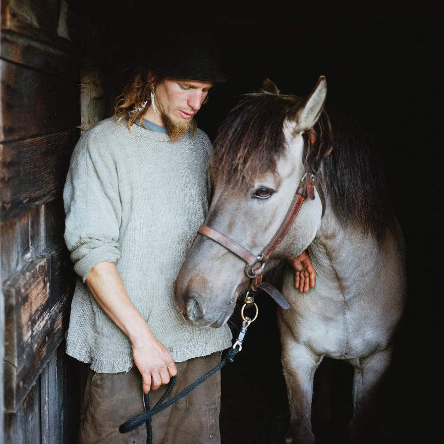Yens egy fiatal német pásztor, aki az elmúlt tíz évben beutazta Nyugat-Európát, és gazdáknak segített gondozni a teheneiket és birkáikat.