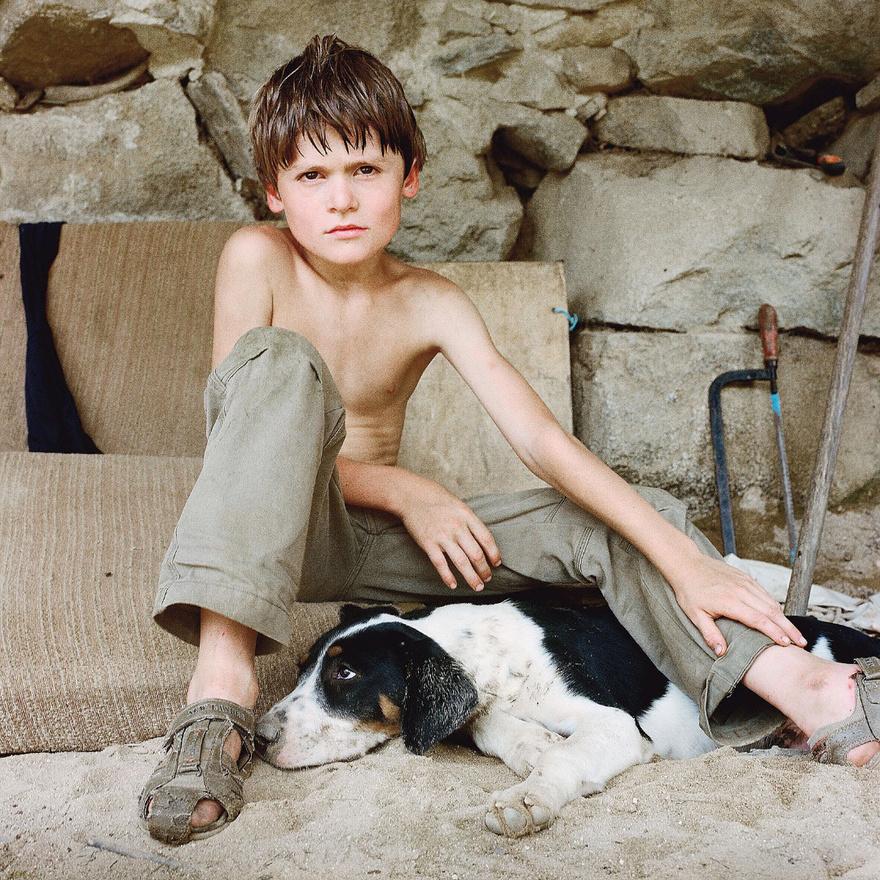 Egy kisfiú a francia Pireneusokban, akinek Bruy nem emlékszik a nevére.